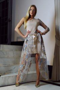 jasnobeżowa sukienka z ozdobną halką 1