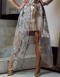 jasnobeżowa sukienka z ozdobną halką 2