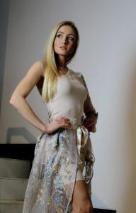 jasnobeżowa sukienka z ozdobną halką 3