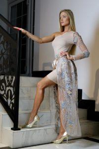 jasnobeżowa sukienka z ozdobną halką 5