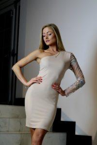 jasnobeżowa sukienka z ozdobną halką 6