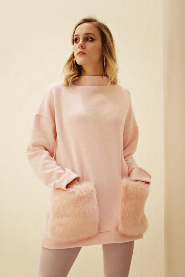 jasnoróżowy sweter z kieszeniami z futra 1.2