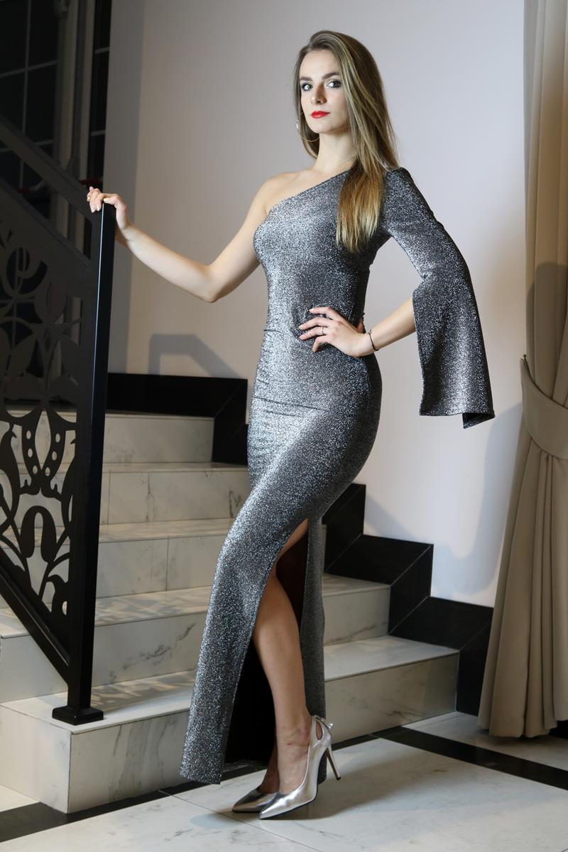 279e40bf11 Srebrna sukienka maxi z jednym rękawem - YOLOLOOK