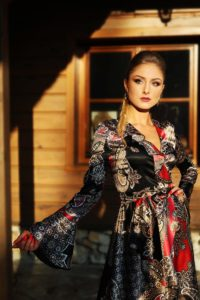 elegancka satynowa sukienka kopertowa 1.10