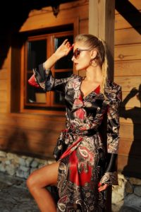 elegancka satynowa sukienka kopertowa 1.12