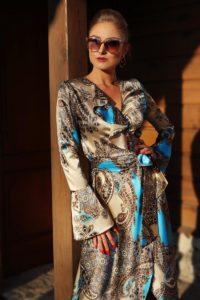 elegancka satynowa sukienka kopertowa 1.4