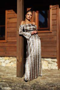 satynowa sukienka maxi z odkrytymi ramionami 1.1