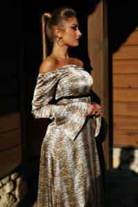 satynowa sukienka maxi z odkrytymi ramionami 1.2