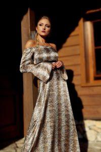 satynowa sukienka maxi z odkrytymi ramionami 1.3