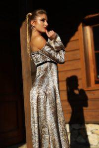 satynowa sukienka maxi z odkrytymi ramionami 1.4